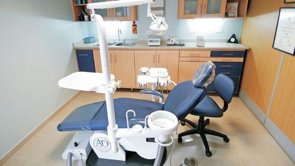 仮歯を外し前歯2本にセラミックを接着