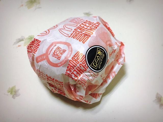 夜マックで買ったダブルチーズバーガー