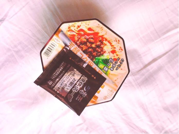 日清ラ王芳醇コク担々麺の蓋上で液体スープを暖める