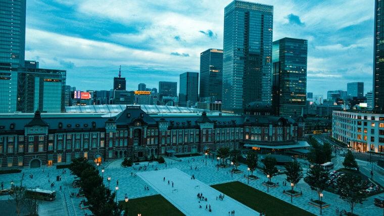 夕暮れの東京駅周辺の風景