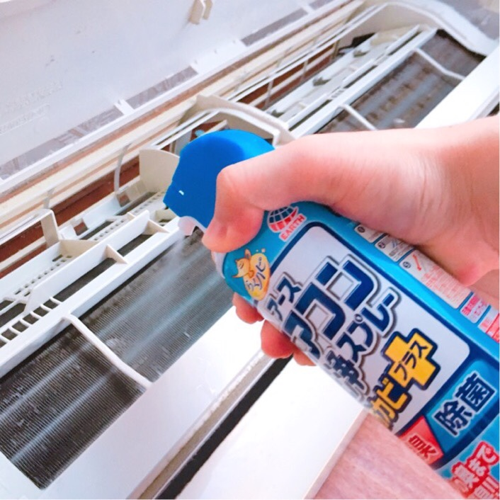 「アース製薬エアコン洗浄スプレー防カビプラス」噴射の様子