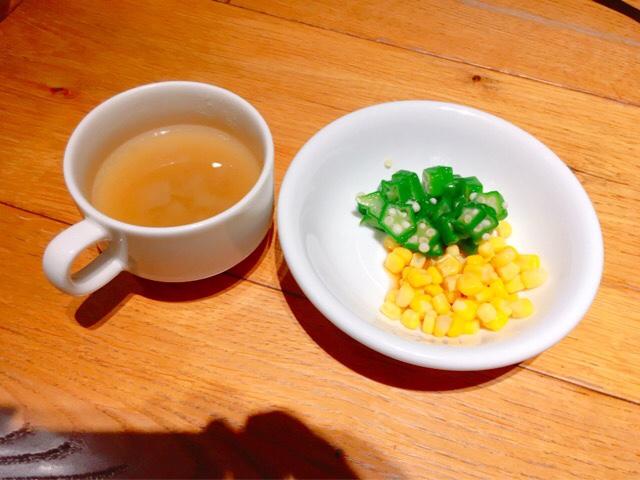 ビーフラッシュ(BEEF RUSH)のコンソメスープ&サラダ