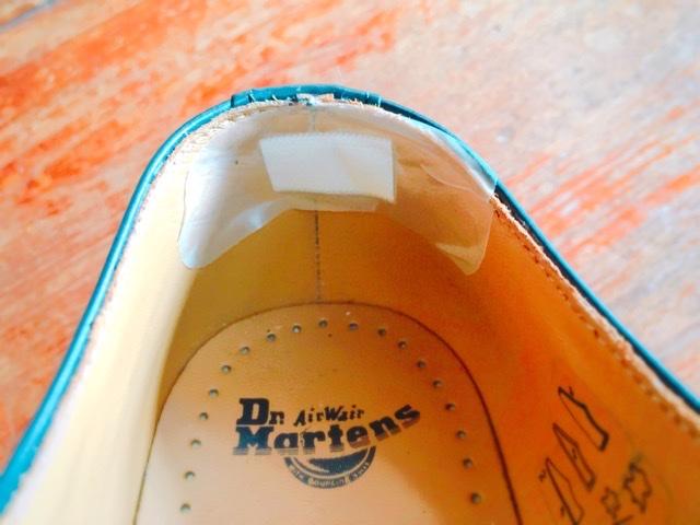履き口の裏側に絆創膏を貼る
