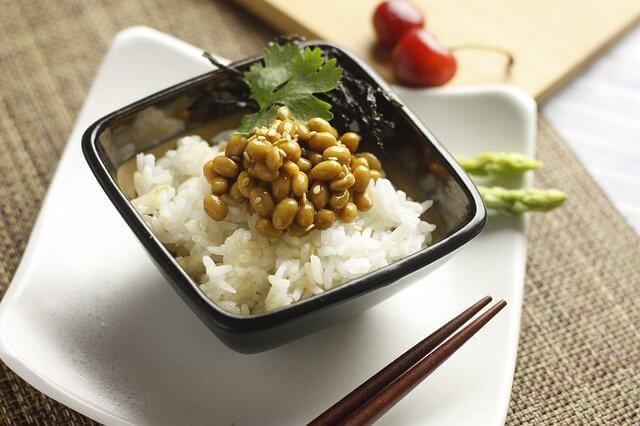 胃を小さくする方法1. 食事の20分前に納豆を1パック食べる